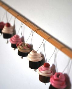 Cupcake stitch markers, can be made with porcelain and passing a wire before drying