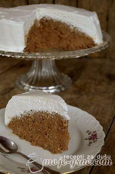 Umutiti patišpanj od 4 jaja, 4 kašika šećera i 4 kašika brašna i 1 kesicom vanilin šećera. Sipati u pleh dimenzija 30x20cm i peći u rerni zagrejanoj na 200C nekih 15-20 minuta. Prokuvati 500ml mleka sa 250g šećera i dodati 150g margarina, 150g mlevenih oraha i 60g čokolade za kuvanje. Skloniti sa vatre i mešati …