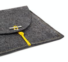 Design your personal laptop bag for your MacBook in one of the three classical colors with contrasting elastic cord (you choose both felt and cord