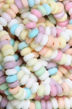 Pastel candy necklaces, a true childhood classic! Soft Colors, Pastel Colors, Colours, Lila Party, Foto Pastel, Dolly Mixture, Candy Necklaces, Candy Bracelet, Candy Jewelry