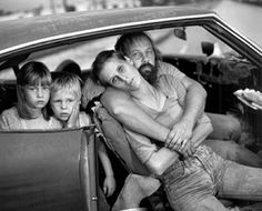 Mary Ellen Mark American (b. The Damm Family in their Car, Los Angles, California, 1987 Gelatin Silver Print. Dorothea Lange had been dead for 22 years when this photograph was taken. Mary Ellen Mark, Homeless Families, Homeless People, Helping The Homeless, Homeless Resources, Annie Leibovitz, Robert Doisneau, Diane Arbus, Richard Avedon