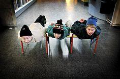 Ville Pikkarainen (vas.), Oskar Saaristo ja Samuel Karlsson lankuttivat Puistolan koululla marraskuussa. Katso lisää saman kuvaajan parhaita töitä klikkaamalla kuvaa. Kuva: Vesa Oja / HS