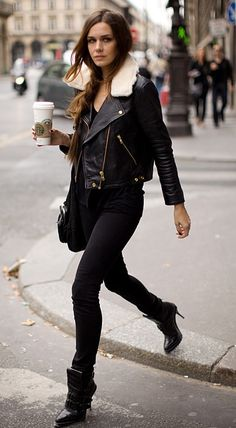 All black outfit, classic. Black leather jacket with gold details, fur around the neck, black skinny jeans, stylish booties. Looks Street Style, Looks Style, Looks Rockabilly, Top Mode, Looks Jeans, Looks Black, Pretty Black, Inspiration Mode, Fashion Inspiration