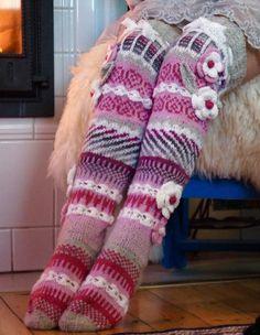 Ankortit - cute idea, better for legwarmers or something. Crochet Slipper Boots, Crochet Slippers, Knit Crochet, Crochet Hats, Crochet Flower, Comfy Socks, Funky Socks, Sock Loom, Mittens Pattern