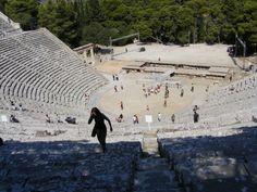 El teatro de Epidauro es un teatro antiguo de Argólida, edificado en el siglo IV a. C. para acoger las Asclepeia, concurso en honor del dios médico Asclepio. Es el modelo de numerosos teatros griegos.
