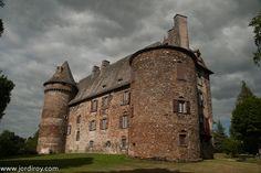 Château de Conros, situé sur la commune d'Arpajon-sur-Cère dans le Cantal, Auvergne, France.