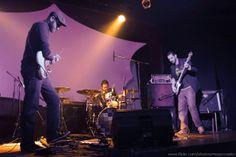 "MATÉRIA ""(entrevista) Chinese Cookie Poets"" (Bernardo Oliveira, jan 12) / O trio carioca Chinese Cookie Poets lança hoje o single En La Mano Del Payaso, como prelúdio para Worm Love, primeiro álbum do grupo. Junto ..."