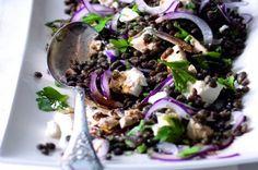 Čočkový salát s červenou cibulí a balkánským sýrem Sprouts, Feta, Cabbage, Salads, Food Porn, Food And Drink, Vegetarian, Vegetables, Cooking