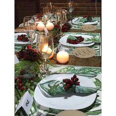 Natal Tropical!  Com roupa de mesa especial @zuzularaposo super chic de linho estampado! Para a decor usei folhas de palmeiras  frutinhas vermelhas  velas #natallardocecasa #natalmesahits_verdeevermelho #natalmesahits #natal #xmas #mesadenatal #zuzularaposo