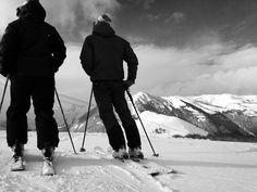 Skieurs contemplatifs, sur les pistes d'Albiez. Photo prise le 4 janvier 2016 #albiez #pistes #ski  #slopes #lift #snow #skieurs #skier #riders