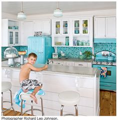 Styling a vintage kitchen involves more than a retro dinette and some Pyrex accessories. Vintage (or modern retro) appliances are a must, and we'll get you started on where to find them. House Of Turquoise, Turquoise Kitchen, Aqua Kitchen, Happy Kitchen, Kitchen White, Kitchen Colors, Turquoise Tile, Vintage Turquoise, Glass Kitchen