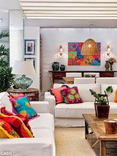 Eu sempre volto ao tema almofadas na decoração  aqui no blog, porque elas são pontos chave na composição dos ambientes.  Veja a sala abaixo ...