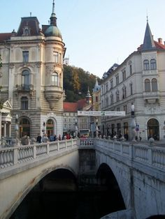 Fotografía: Rebeca Pizarro - Ljubljana Landscapes, Louvre, Mansions, House Styles, City, Building, Travel, Lake Garda, Paisajes