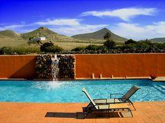 Imagen de http://static1.absolutcasasrurales.com/wp-content/uploads/2009/11/9_1_piscina_con_volcanes_al_fondo1.jpg.