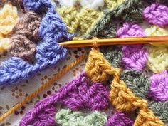 Detailed photo tutorial on how to crochet a granny square for absolute beginners. Crochet Squares, Crochet Granny, Easy Crochet, Granny Squares, Crochet Chart, Crochet Patterns, Yarn Crafts, Diy Crafts, Granny Square Tutorial