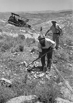 "Workers build the ""Burma Road"" between Jerusalem and Tel Aviv, June 1948. (© Robert Capa, © International Center of Photography/Magnum Photos.)"