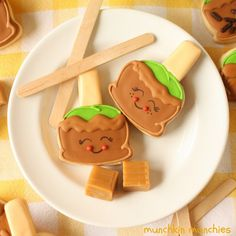 This fall have fun making adorably cute Caramel Apple Sugar Cookies decorated with royal icing and salted caramel candy melts. (Guest post:Munchkin Munchies)