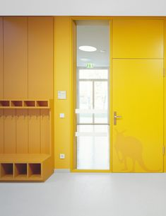 Kita, Möbel, © Klaus Frahm, Maximilian Meise Reggio Emilia, Cubbies, Primary School, Kids Furniture, Storage Spaces, Interior Architecture, Deco, Lockers, Locker Storage