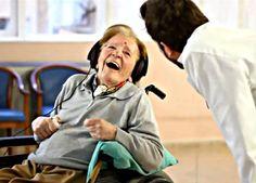 La enfermedad de Alzheimer (EA) presenta una gran diversidad de síntomas, a nivel cognitivo y a nivel motor. Algunos de ellos son la afección progresiva de la memoria y las alteraciones del lenguaje (incapacidad para encontrar las palabras deseadas en una conversación, aumento de frases automáticas, preguntas repetitivas), además de desorientación, dificultad en la resolución de problemas o en el manejo corporal, entre otros.