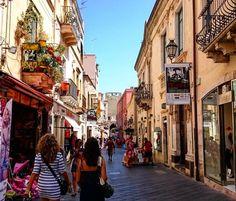 Ordinary day in Taormina #sicilia #italia #sicily #italy #сицилия #италия #taormina #таормина #corsoumberto #street #улица #architecture #архитектура #people #люди #balcony #балкон #justwalking