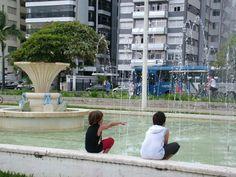 Orla da Praia - Santos - Fonte do Sapo - Crianças. Foto de Fabiana Pardini.