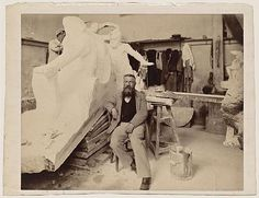 Rodin sentado frente al Monumento a Victor Hugo, fotografía de Dornac (1898).