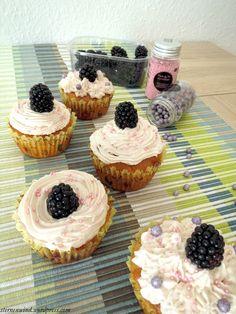 Brombeer-Cupcakes mit weißer Schokolade und Erdbeerfrosting http://wp.me/pGCcY-hF