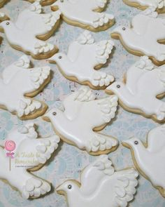 A Taste To Remember: Doves.) So pretty! Angel Cookies, Bird Cookies, Paint Cookies, Fancy Cookies, Easter Cookies, Cupcake Cookies, Christening Cookies, Baptism Party Decorations, Bible Cake