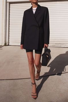 Black minimalist outfit for spring , Minimalistic Outfits For Spring , Street Style Source by emkafile Blazer Outfits, Edgy Outfits, Fashion Outfits, Womens Fashion, Mode Outfits, Fashion Clothes, Fashion Tips, Look Fashion, Autumn Fashion