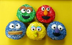 elmo+an++cookie+monster+cupcakes+made+of+sprinkles | Really cute cupcakes made with sprinkles ... | Birthday Party Ideas