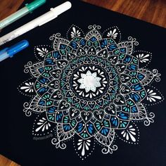 dibujar-mandalas-en-blanco-azul-y-verde-fondo-negro-bella-mandala