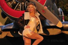 1940's Style Aviator Pin-Up Girl Posing with a Vintage T-6 Texan Aircraft Impressão fotográfica na AllPosters.com.br