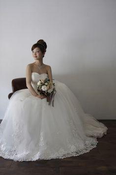 銀糸のレースを使用した、正統派のプリンセスラインのドレスです。