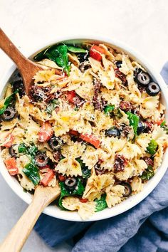 This Tuscan pasta salad recipe is an easy pasta salad with sun dried tomatoes, peppers spinach, and olives tossed in a tangy dressing. This pasta salad is perfect for your next potluck! Get the recipe: Tuscan Pasta Salad Easy Pasta Salad Recipe, Best Pasta Salad, Summer Pasta Salad, Pasta Salad Italian, Vegetarian Lunch, Vegetarian Recipes, Healthy Recipes, Spinach Recipes, Spinach Salads