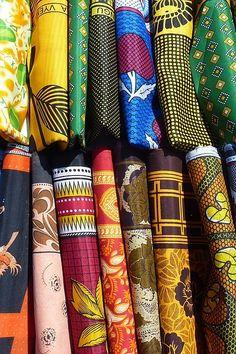 Chitenge kaufen - Bunte Waxstoffe aus Afrika günstig erwerben.