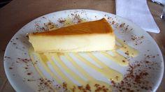 El flan de queso y leche condensada al microondas es un dulce ideal para cualquier postre o merienda y muy fácil de preparar, puesto que no necesita horno ni grandes preparaciones. Se cocina en el microondas en 15 minutos.