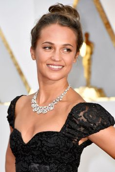 Oscars Red Carpet 2017 – Alicia Vikander wears a statement diamond Bulgari necklace from the Divas' Dream collection with a Louis Vuitton lacey black sweetheart neckline dress. Alicia Vikander Oscars, Alicia Vikander Style, Oscars 2017 Red Carpet, Les Oscars, Looks Teen, A Royal Affair, The Danish Girl, Swedish Actresses, Hollywood Waves