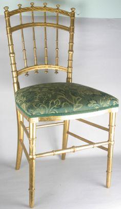 Chaise Bambou Napoléon III : les pieds et les montants du dossier (en bois ou bronze patiné) sont en imitation de bambou.