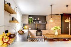 Une cuisine en noir et bois avec bar