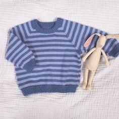 Denne fine strikkegenseren striper i merinoull er like god både på litt kalde sommerkvelder og på vinterstid. Fås i flere farge-kombinasjoner og størrelser. Modellene på bildene er strikket i blå-fargene Mel azzuro/Allure og rødrosa-fargene Burgundy/Grigio rosa. Garnpakken inneholder oppskrift og alt garnet du trenger for å strikke genseren. Garnet er Zarina – et italiensk kvalitetsgarn i merinoull som kan maskinvaskes. Strikkes på pinner 2,5 og 3. Trenger du strikkepinner? Bestill i tillegg her Pullover, Sweaters, Pink, Fashion, Threading, Scale Model, Moda, Fashion Styles, Sweater