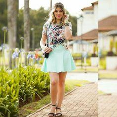 O tom pastel na saia e a estampa delicada na blusa, gerou um look moderno e romântico 💕 OBS: Hoje teremos muitos looks inspiração por conta da maioria das pessoas estarem indo viajar esse fim de semana 🛫 OBS2: Ontem teve post no blog sobre como usar vestido com tênis 👗👟 #niinasecrets #love #saia #skirt #estampa #summer #verao #look #lookdodia #lookoftheday #photooftheday #fashionblog #like4like #follow #followme #blogueira