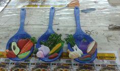 Paletas de ceramica, pintadas con efecto peltre ideales para decorar la cocina