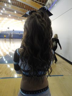 Wavy Cheer Hair Bow - Hairstyles and Beauty Tips Plaits Hairstyles, Easy Hairstyles, Cheer Hairstyles, Cheerleader Hairstyles, Cheer Hair Bows, Hairstyles For School, Love Hair, Vintage Hairstyles, Her Hair