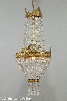 Klassieke kroonluchter 25402 bij Van der Lans Antiek. Bekijk al onze antieke lampen op www.lansantiek.com Bottles, Chandelier, Ceiling Lights, Interior Design, Lighting, Home Decor, Mirrors, Nest Design, Candelabra