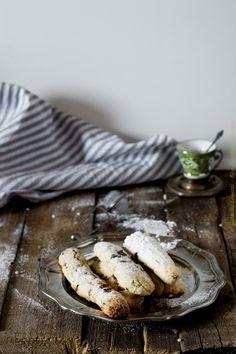 Biscotti da inzuppo ripieni di marmellata e pezzi di cioccolato