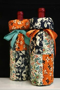 Quality Sewing Tutorials: Wine Gift Bags tutorial from Fabric Traditions Wine Bottle Gift, Wine Bottle Covers, Bottle Bag, Wine Bottle Crafts, Wine Gifts, Sewing Tutorials, Sewing Crafts, Sewing Projects, Wine Purse