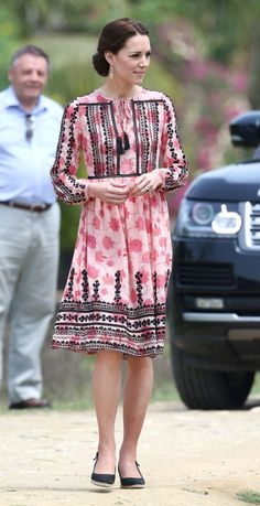 kate-middleton-robe rose maxi florale brodrie avec manche