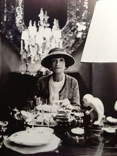 Gabrielle 'Coco' Chanel - 1963 - Dining at her apartment in Paris - Phot. Gabrielle 'C Coco Chanel Mode, Estilo Coco Chanel, Chanel Nº 5, Mademoiselle Coco Chanel, Coco Chanel Fashion, Chanel Brand, Chanel Paris, Vintage Chanel, Coco Chanel Style