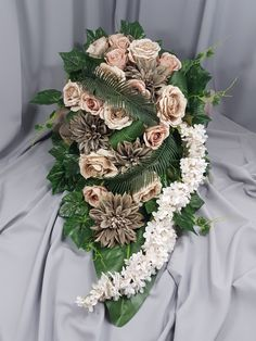 Grave Flowers, Funeral Flowers, Christmas Wreaths, Christmas Decorations, Holiday Decor, Funeral Tributes, Center Table, Ikebana, Floral Arrangements