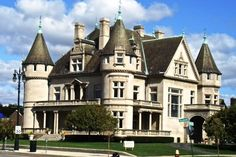 One of Detroit's Greatest Mansions is Back on the Market - Curbed Detroit - Haus Kredit Abandoned Mansion For Sale, Abandoned Detroit, Abandoned Houses, Abandoned Places, Old Houses, Detroit Ruins, Old Mansions, Mansions For Sale, Abandoned Mansions